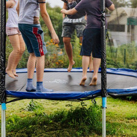 Деца, скачащи на батут